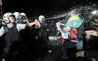 Brasília - Confronto entre manifestantes e policiais durante protesto na Esplanada dos Ministérios, em Brasília
