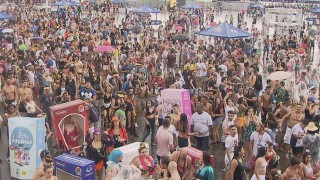 Foliões no bloco Babydoll de Nylon, em Brasília — Foto: TV Globo/Reprodução